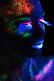 Mujer sensual en maquillaje fluorescente de la pintura cierre Foto de archivo