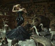 Mujer sensual en un cuarto bloqueado por completo de animales salvajes Foto de archivo libre de regalías