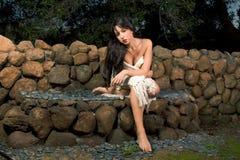 Mujer sensual envuelta en bufanda al aire libre en jardín Fotos de archivo