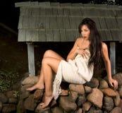 Mujer sensual envuelta en bufanda al aire libre por el receptor de papel Foto de archivo libre de regalías