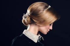 Mujer sensual hermosa con el peinado y los accesorios elegantes Foto de archivo