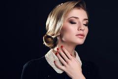 Mujer sensual hermosa con el peinado y los accesorios elegantes Foto de archivo libre de regalías