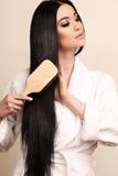 Mujer sensual hermosa que se peina el pelo sano lujoso fotografía de archivo