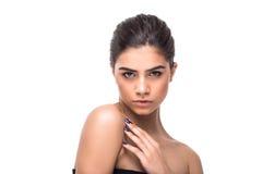 Mujer sensual hermosa que toca su cara Belleza y concepto del skincare Spa Fotos de archivo libres de regalías
