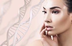 Mujer sensual joven con vitiligo en cadenas de la DNA Foto de archivo libre de regalías