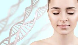 Mujer sensual joven en cadenas de la DNA imagenes de archivo