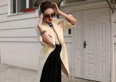Mujer sensual magnífica con el pelo oscuro en capa lujosa elegante Imágenes de archivo libres de regalías