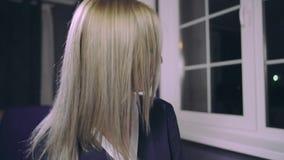 Mujer sensual modelo sacudiendo su pelo rubio metrajes