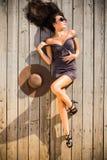 Mujer sensual que asolea en cubierta de la mujer Foto de archivo libre de regalías