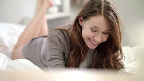Mujer sensual que habla en la charla video en cama Llamada atractiva de la mujer en línea en dormitorio almacen de video