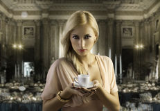 Mujer sensual rubia con una taza de café Fotos de archivo libres de regalías
