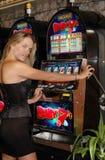 Mujer sensual rubia - máquinas tragaperras - dinero de la suerte Imagen de archivo