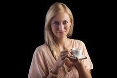 Mujer sensual rubia sonriente con una taza Imágenes de archivo libres de regalías