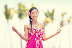 Mujer serena de la meditación que reflexiona sobre la playa de Hawaii Imagenes de archivo