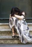 Mujer seria adorable que se sienta en las escaleras Fotos de archivo