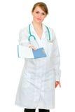 Mujer seria del doctor que da la carta médica Imagen de archivo