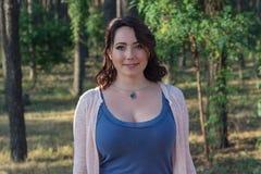 Mujer seria del simpotichnaya en el jardín fotos de archivo libres de regalías