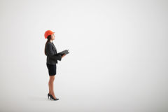 Mujer seria en el desgaste formal que mira para arriba Imagenes de archivo