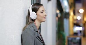 Mujer seria que escucha la música en la noche almacen de video