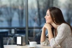 Mujer seria que piensa en una cafetería Fotos de archivo