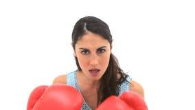Mujer seria que usa guantes de boxeo almacen de video