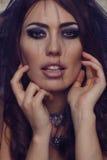 Mujer sexual en velo transparente negro Maquillaje de la manera fotos de archivo