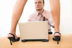 Mujer sexual que se coloca en la mesa en la oficina antes Foto de archivo libre de regalías