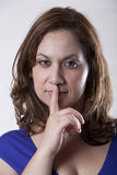 Mujer Shushing imágenes de archivo libres de regalías