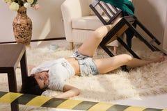 Mujer sin vida que miente en el suelo (de imitación) Imagen de archivo libre de regalías