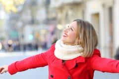 Mujer sincera que bromea en la calle y que mira el lado Foto de archivo