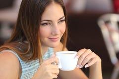 Mujer sincera que piensa en una cafetería Foto de archivo libre de regalías