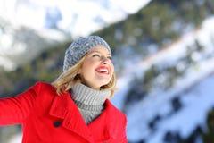 Mujer sincera que sueña en la montaña en invierno Imagen de archivo libre de regalías
