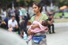 Mujer siria del refugiado con el niño en Belgrado Imágenes de archivo libres de regalías