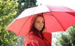 Mujer soñadora en lluvia imagen de archivo