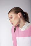 Mujer soñadora sentimental en blusa rosada fotografía de archivo