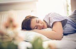 Mujer soñolienta en cama foto de archivo