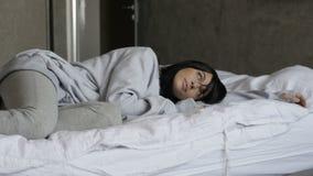 Mujer soñolienta en cama metrajes