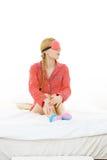 Mujer soñolienta que lleva la banda rosada del ojo fotografía de archivo