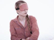 Mujer soñolienta que lleva la banda rosada del ojo fotos de archivo libres de regalías