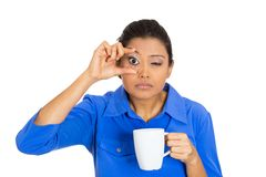 Mujer soñolienta que sostiene una taza de té Imagenes de archivo