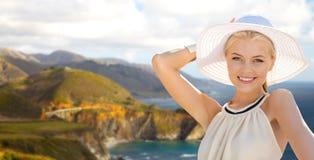 Mujer sobre el puente bixby de la cala en la costa de Big Sur imagen de archivo