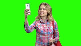 Mujer sociable que usa smartphone en la pantalla verde metrajes