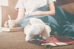 Mujer Sofa Bed de la foto con la tela escocesa del resto de la leche de la taza suave Imágenes de archivo libres de regalías