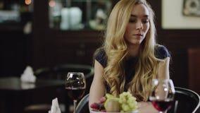 Mujer sola del blondie en restaurante metrajes