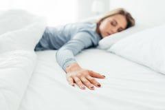 Mujer sola en cama Fotografía de archivo