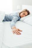 Mujer sola en cama Imágenes de archivo libres de regalías