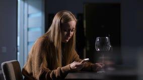 Mujer sola en envío de mensajes de texto de los rasgones en el teléfono móvil almacen de video