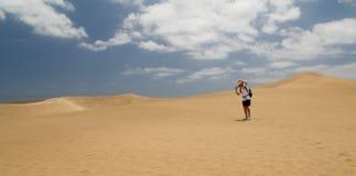 Mujer sola en la duna de Maspalomas del sombrero del ingenio Imagen de archivo