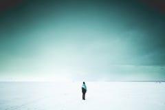 Mujer sola en la orilla Fotos de archivo