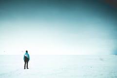 Mujer sola en la orilla Foto de archivo libre de regalías